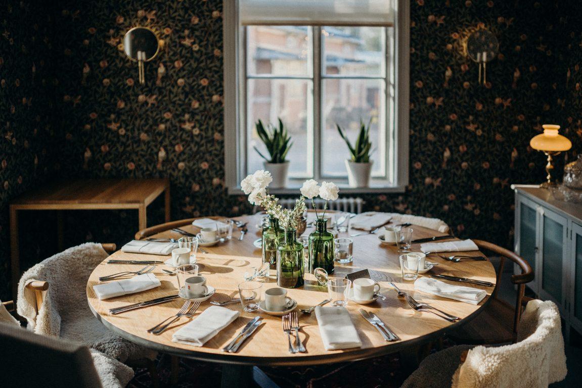 Salon Seurahuoneen monet salit ja kamarit, sekä raikas veranta mahdollistavat erikokoisten vierasryhmien kokoontumisen