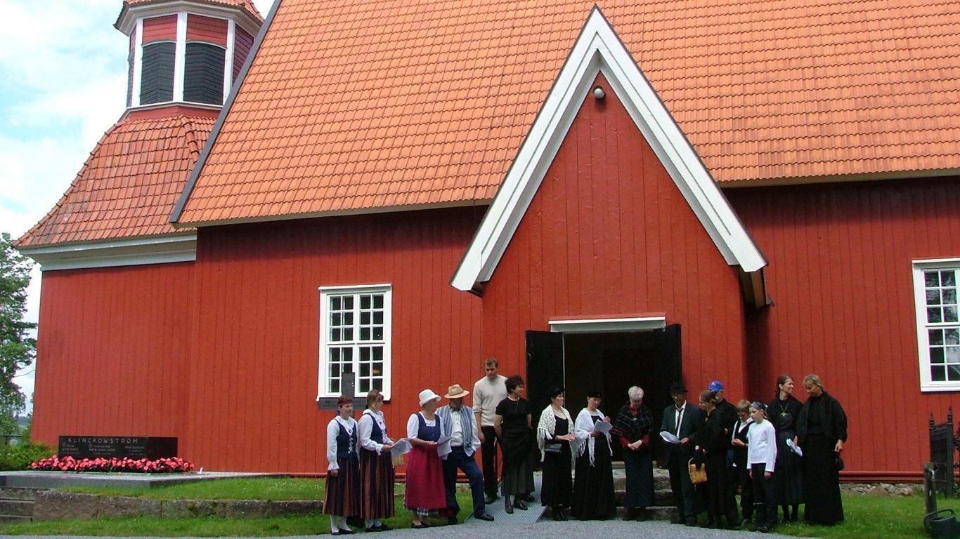 Angelniemen kirkko, ihmisiä kirkon edustalla