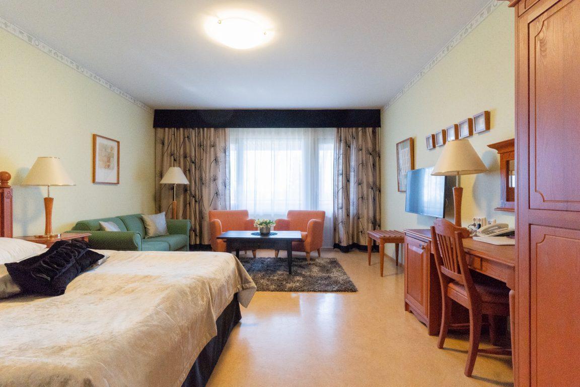 Hotel Fjalar, isompi deluxe huone parivuoteella, vuodesohvasta lisävuode perheen lapsille