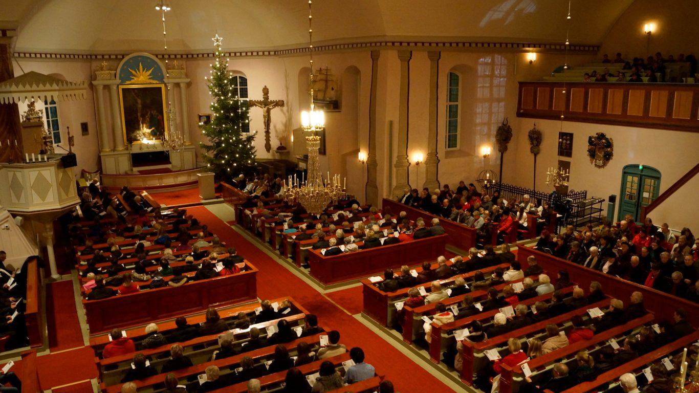 Halikon kirkko, joulukirkko parvelta kuvattuna