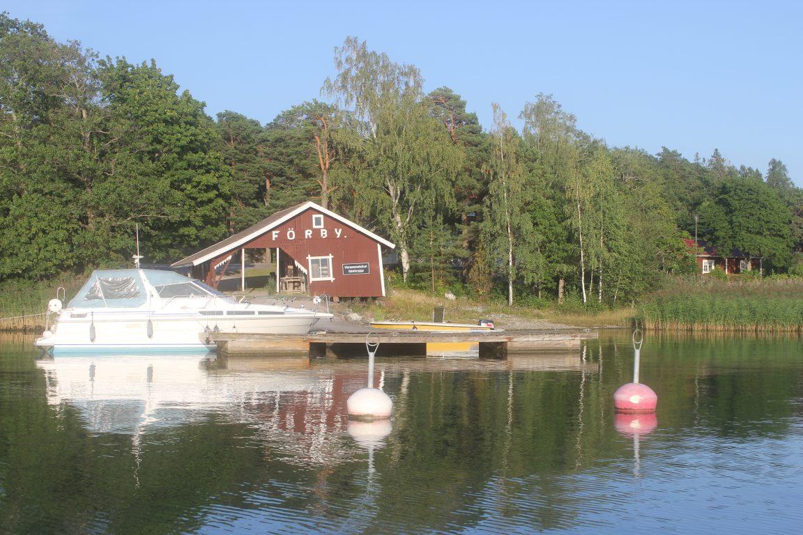 Vierasvenelaiturissa on mahdollista kiinnittyä joko poijuun tai aisaan.