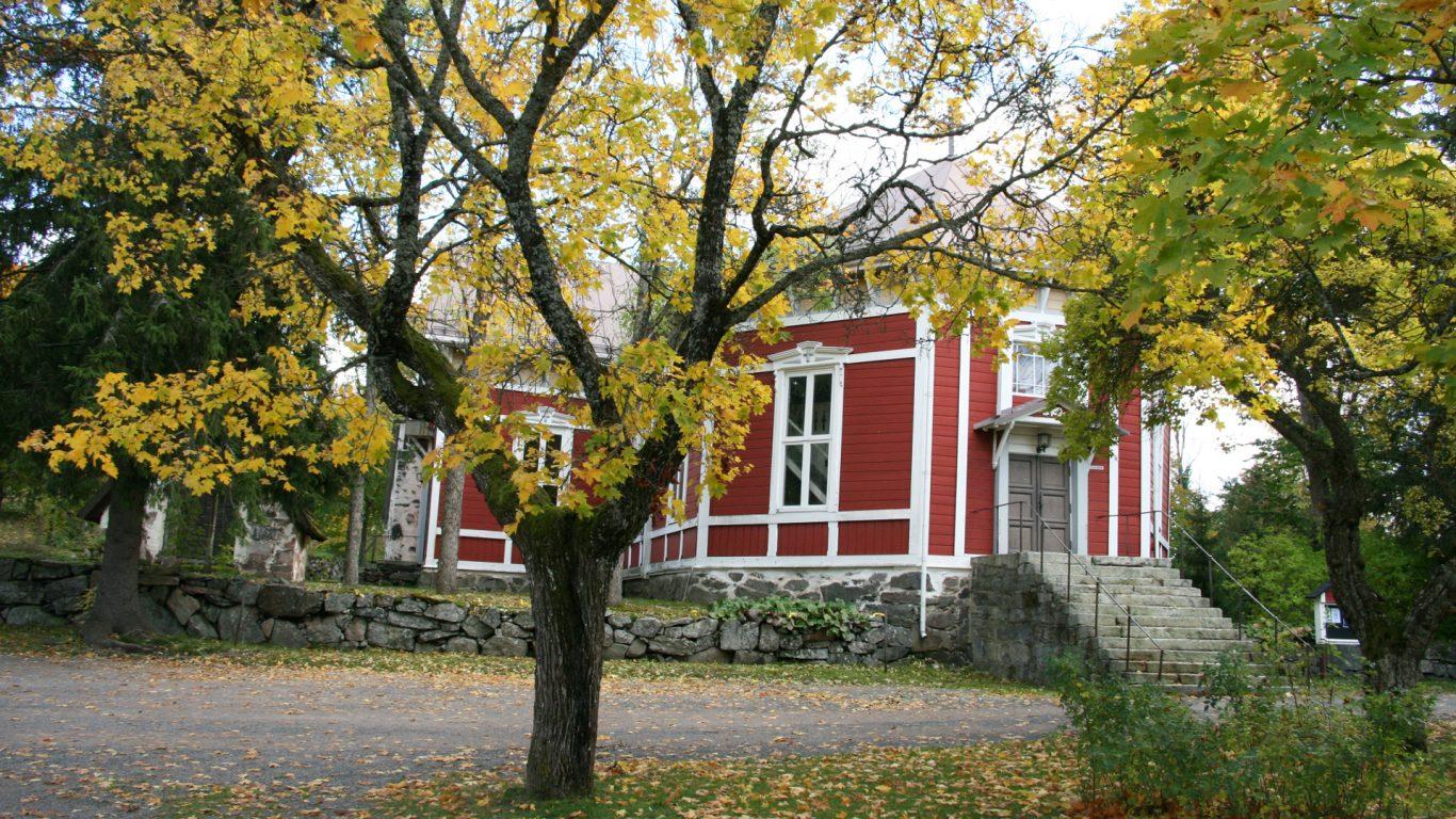 Kiskon kirkko syksyllä