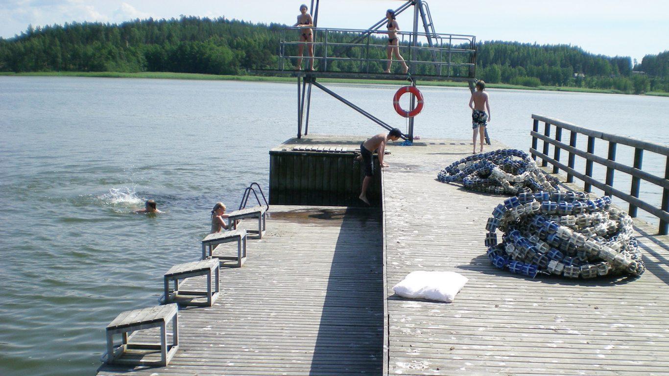 Kokkilan uimarannan laituri ja hyppytorni Angelniemellä
