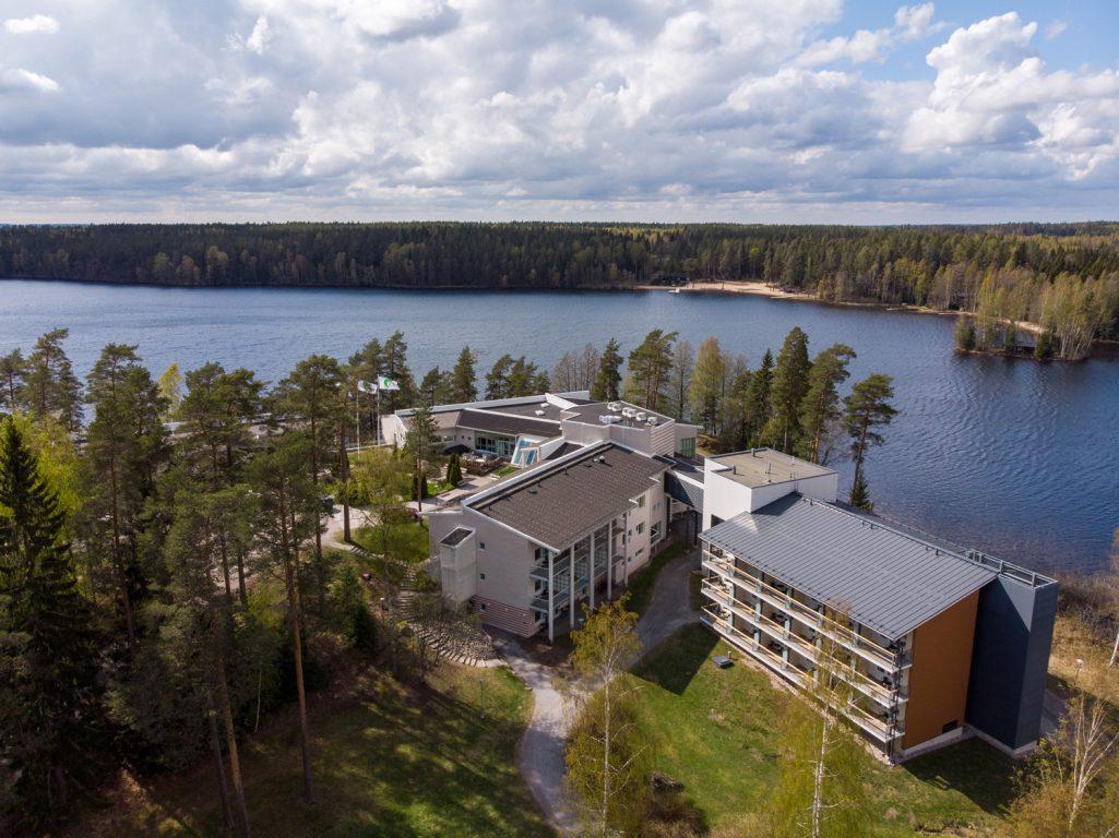 Lehmirannan lomakeskus sijaitsee mökkimaisemissa puhtaan Lehmijärven rannalla.