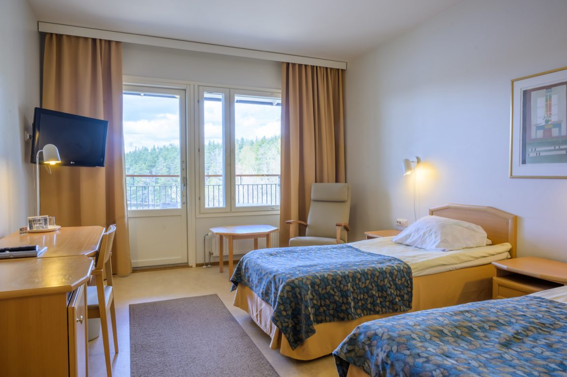 Lehmirannan majoitushuoneet ovat kahden hengen hotellihuoneita, useimmat upeilla järvimaisemilla.