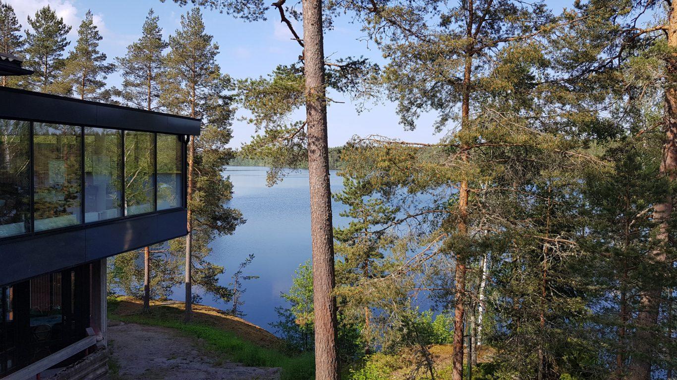Lomakeskuksen ikkunoista siintää Lehmijärven alati vaihtuva maisemataulu.