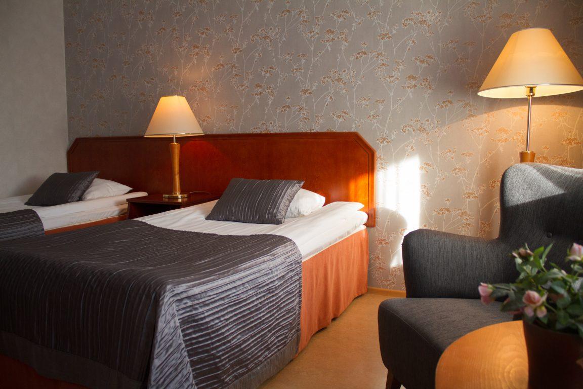 Hotel Fjalar, viihtyisä kahden hengen huone erillisillä vuoteilla