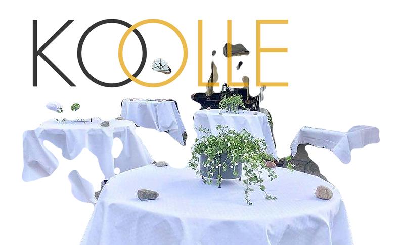 Koolle Oy:n harmaa-keltainen logo, jonka taustalla rajoiltaan sumennettu kuva juhlian pystypöydistä liehuvine pöytäliinoineen ja kukka-asetelmineen