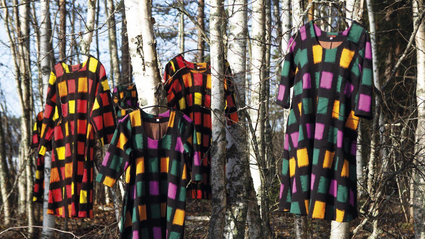 PellavaAkka Vehkomäki Paula Design mekkoja ripustettuna koivujen oksille