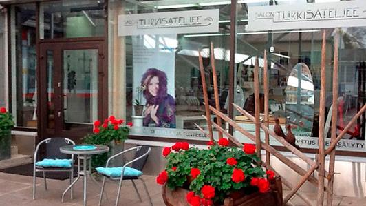 Salon Turkisateljeen piha ja ikkunat somisteineen