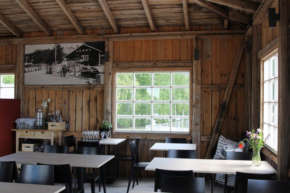Sisätilan sisustus kertoo rakennuksen historiasta.