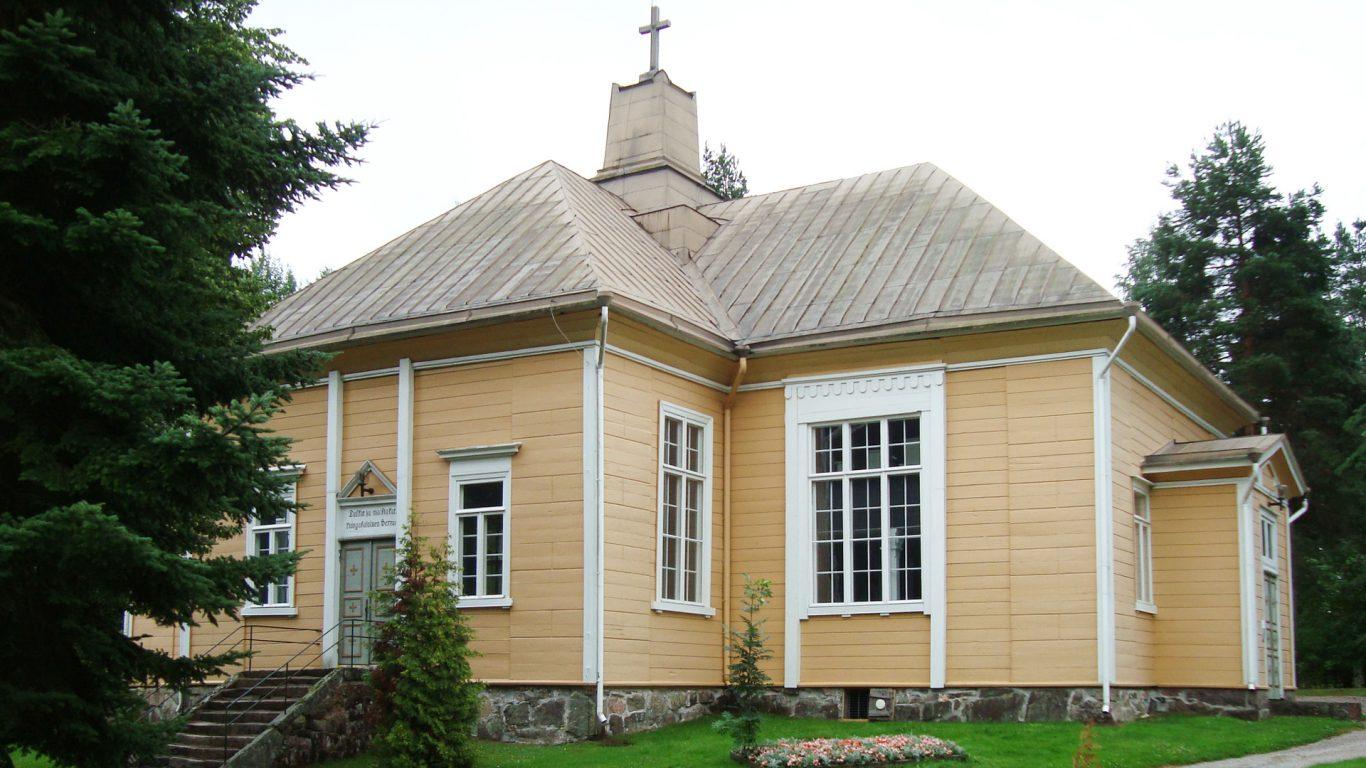 Suomusjärven kirkko ulkoa kuvattuna