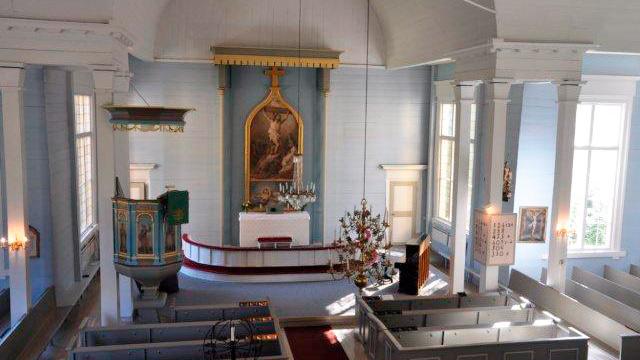 Suomusjärven kirkon alttari parvelta kuvattuna