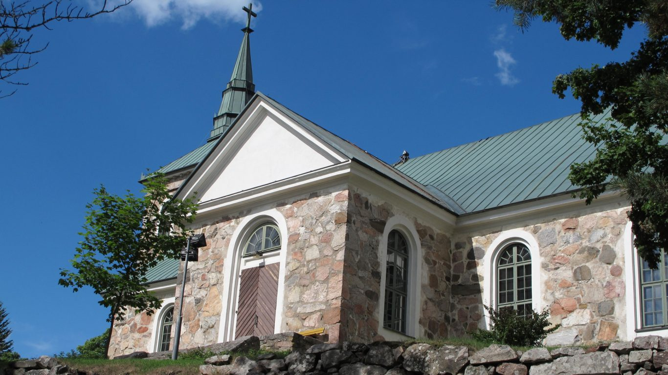 Uskelan kirkko auringonpaisteessa