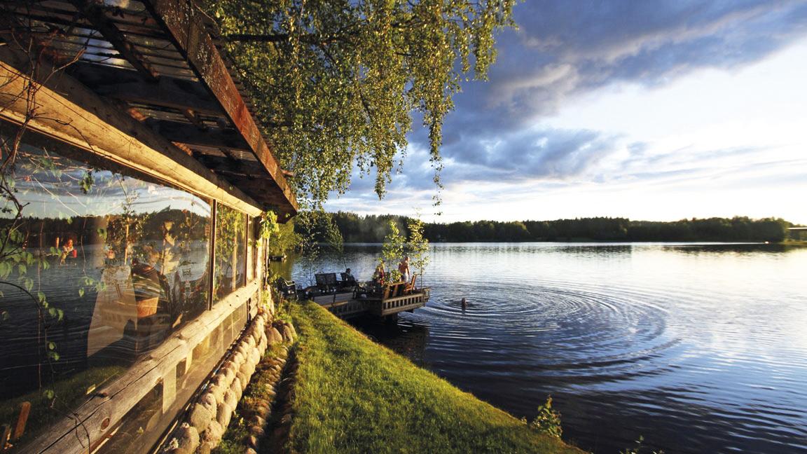 Ystävyyden Majatalo, uimassa, lähes tyyni järven pinta