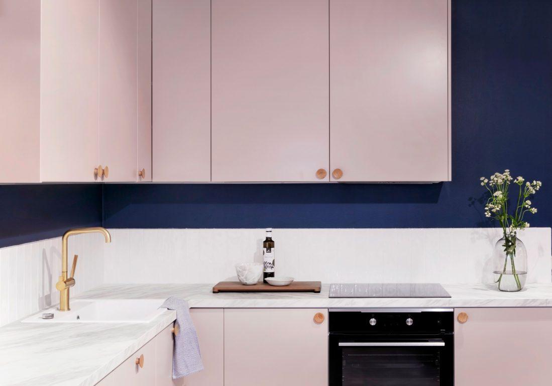 Silo-keittiö omenankukan sävyisillä ovilla, marmoritasolla