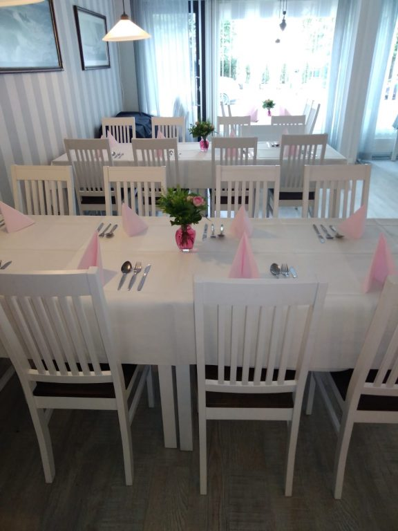 Juhlatila Juuliinan katettu pöytä