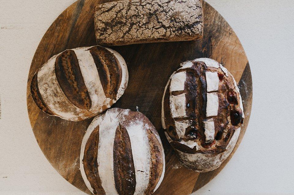 Leipomo on erikoistunut hapanjuurileivontaan, jopa pullat leivotaan ilman teollista hiivaa!