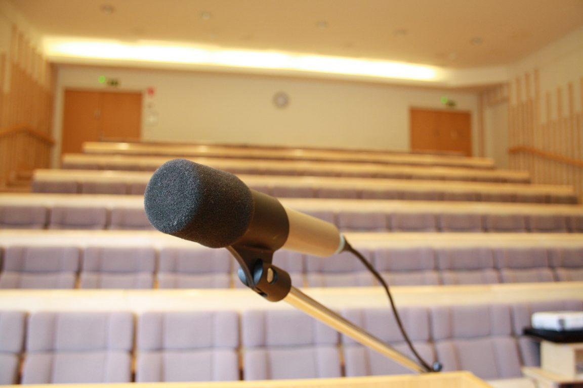 Lehmirannan monipuoliset kokoustilat, n. 100 henkilön auditorio.