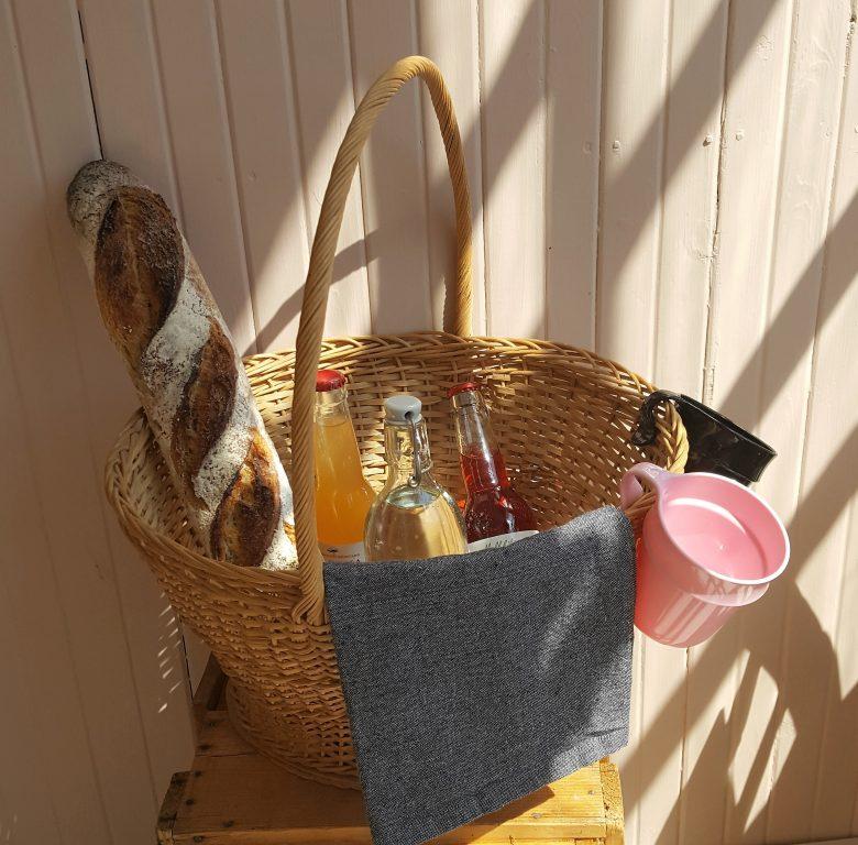 Nappaa viltti ja piknikkori juomineen mukaan ja vietä ihana kesäpäivä vaikka Matildankartanon niityllä