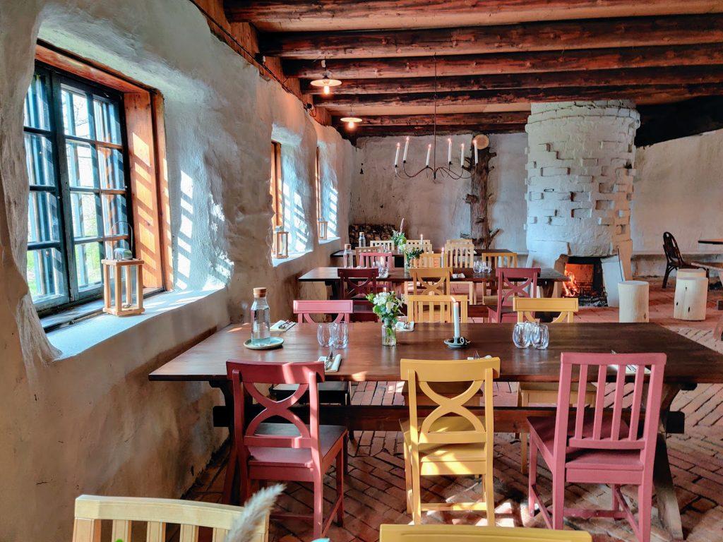 Tunnelmallinen avotuliravintola Rikalan Krouvi Halikossa. Ravintola Rikalan Krouvissa on maukasta ja rentoa ruokaa Ravintola Rikalan Krouvin kruunaa iso ja viihtyisä kesäterassi. Ravintola Rikalan Krouvia voi vuokrata myös juhlatilaksi. ravintola, iso kesäterassi, Rikalanmäelle tulee kaunis auringonlasku, Rikalanmäki on historiallinen muinaismäki, joka on  opastettu kylteillä