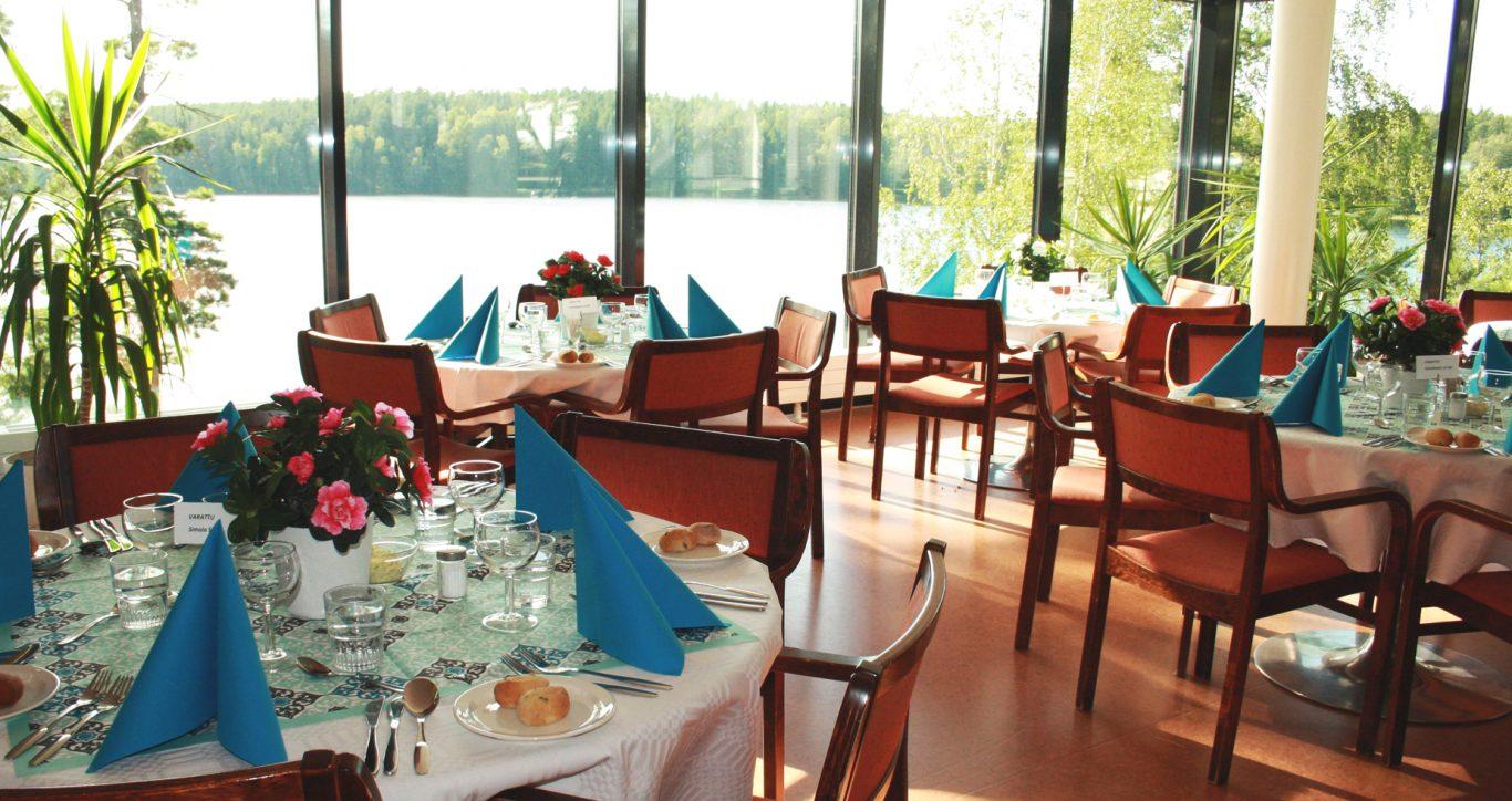 Lehmirannan ravintolan ikkunoista on upeat järvinäköalat.