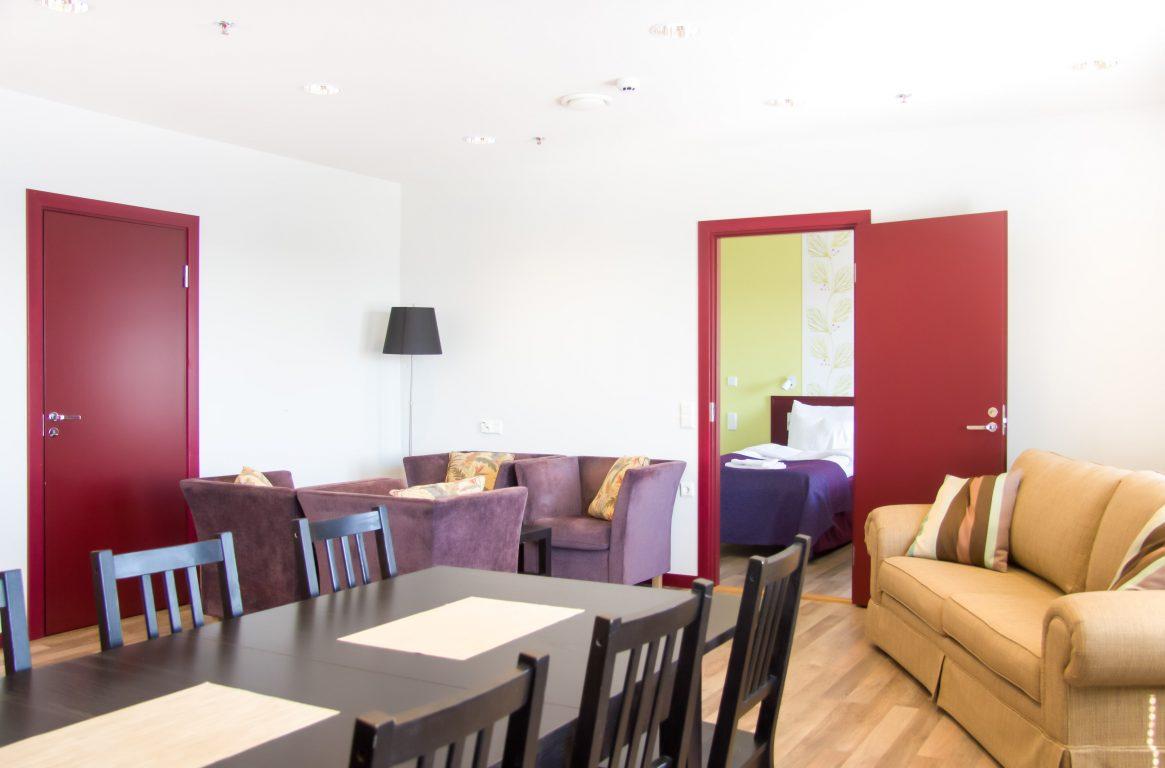 VIP Superior huoneisto käsittää tilan oleskelutilan keittokomerolla ja tila soveltuu hyvin myös 8-10 hengen kokouksiin!