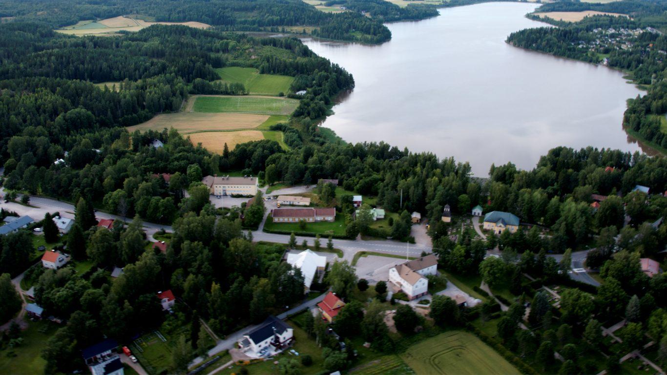 Muurlan Opisto kauniissa Muurlan kylän miljöössä, Ylisjärven rannalla.
