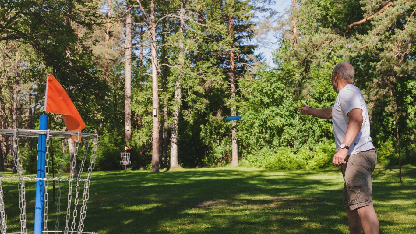 Frisbeegolf -rata Muurlan Opiston miljöössä.