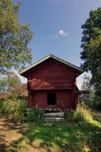 Punainen piharakennus, ovi, puiset portaa.