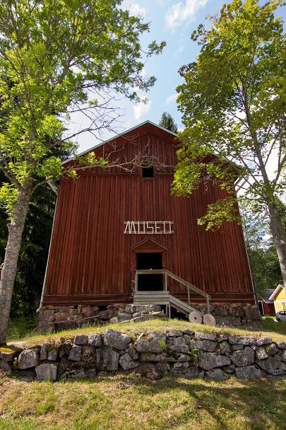 Punaisen museorakennuksen sisäänkäynti. Oven päällä teksti: Museo