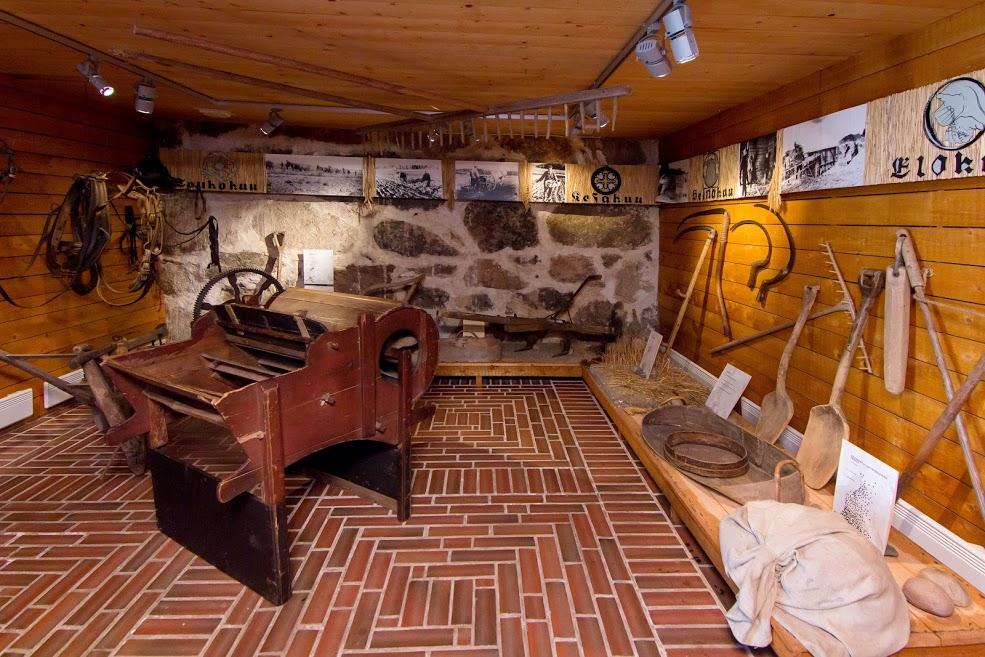 Vanhoja maatalousesineitä museon sisällä.