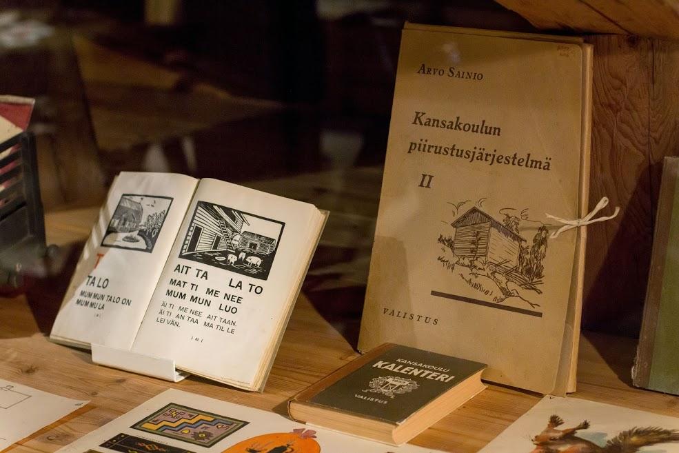 Vanhoja koulukirjoja kansakoulun ajalta.