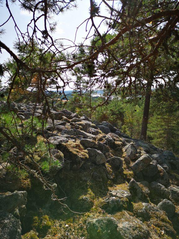 Kiviröykkiön takaa näkyy Halikonlahti