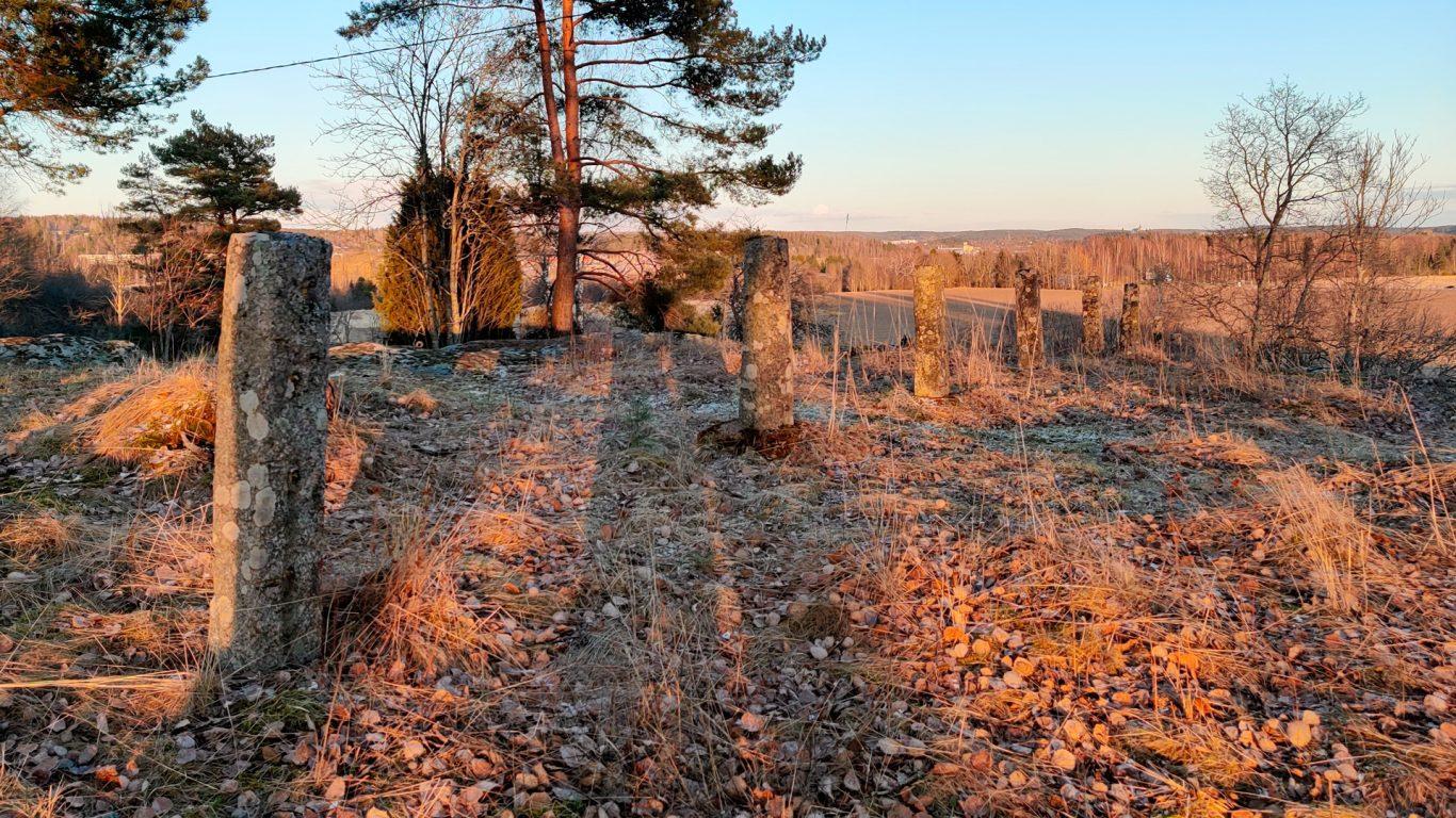 Rikalanmäen muinaispolku ilta-auringossa
