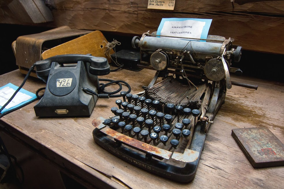 Vanha puhelin. Vanha kirjoituskone.