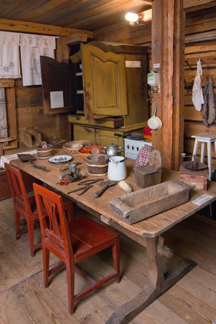 Vanha tupa, jossa keittiöesineitä ja kotitalousesineitä.