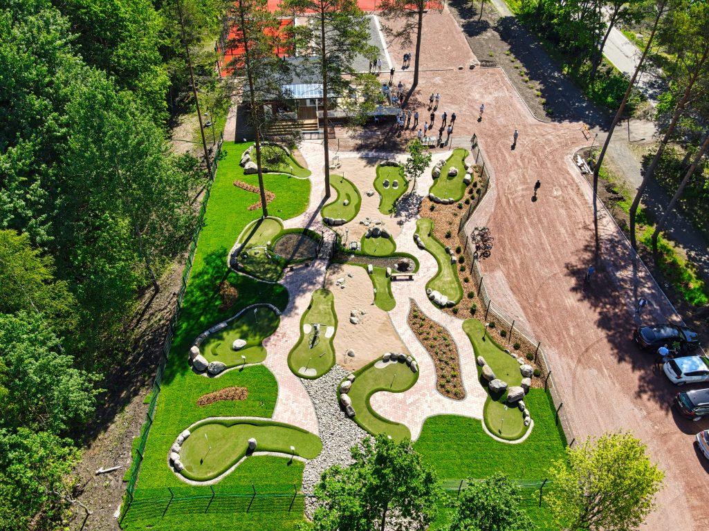 Adventure minigolf on uudenlainen golf kaikille. Koko perhe tykkää. Kaunis golfkenttä, upea luonto, kioski kahvila, jossa anniskeluoikeudet.