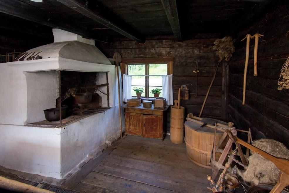 Vanha tupa ja iso leivinuuni, kotitalousesineitä, tiinuja, patoja.