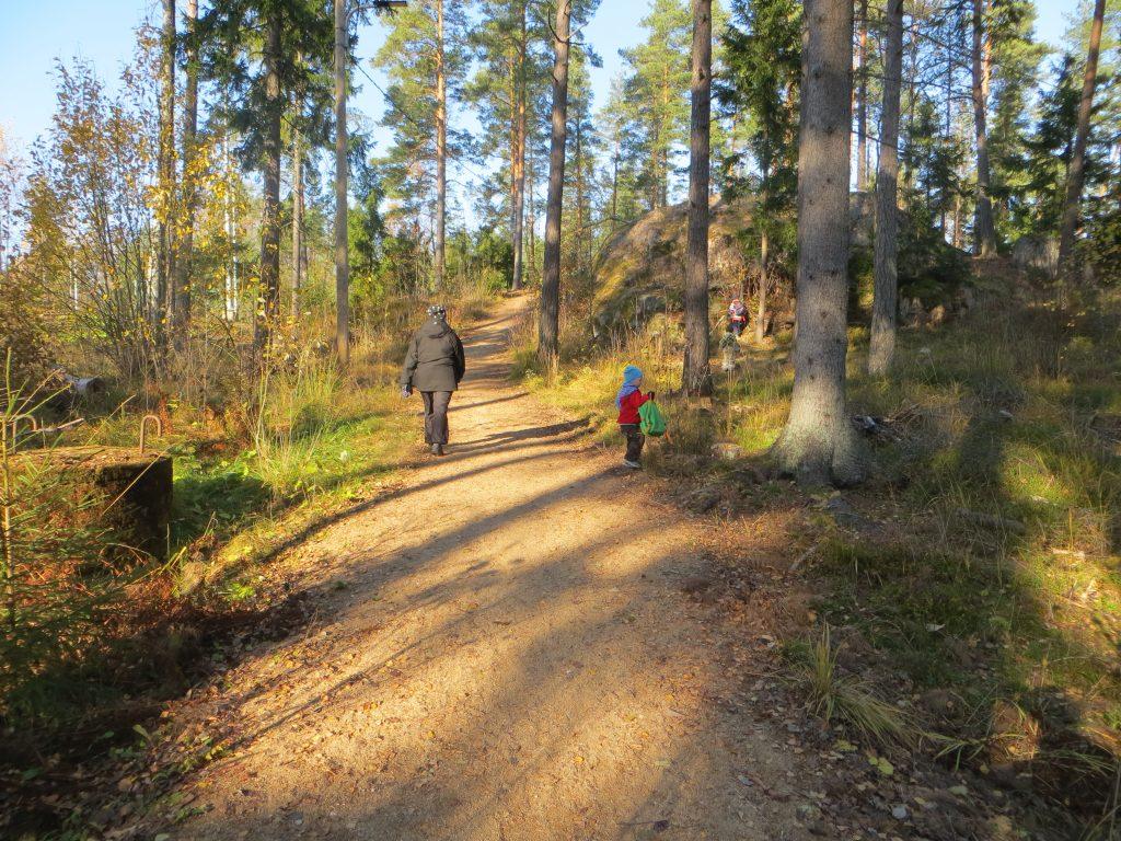 Mustamäen kuntoradan varrella lapsella reppu kädessä ja etsii evästauko paikkaa