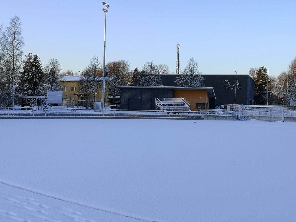 Urheilutalosta kuva talvella