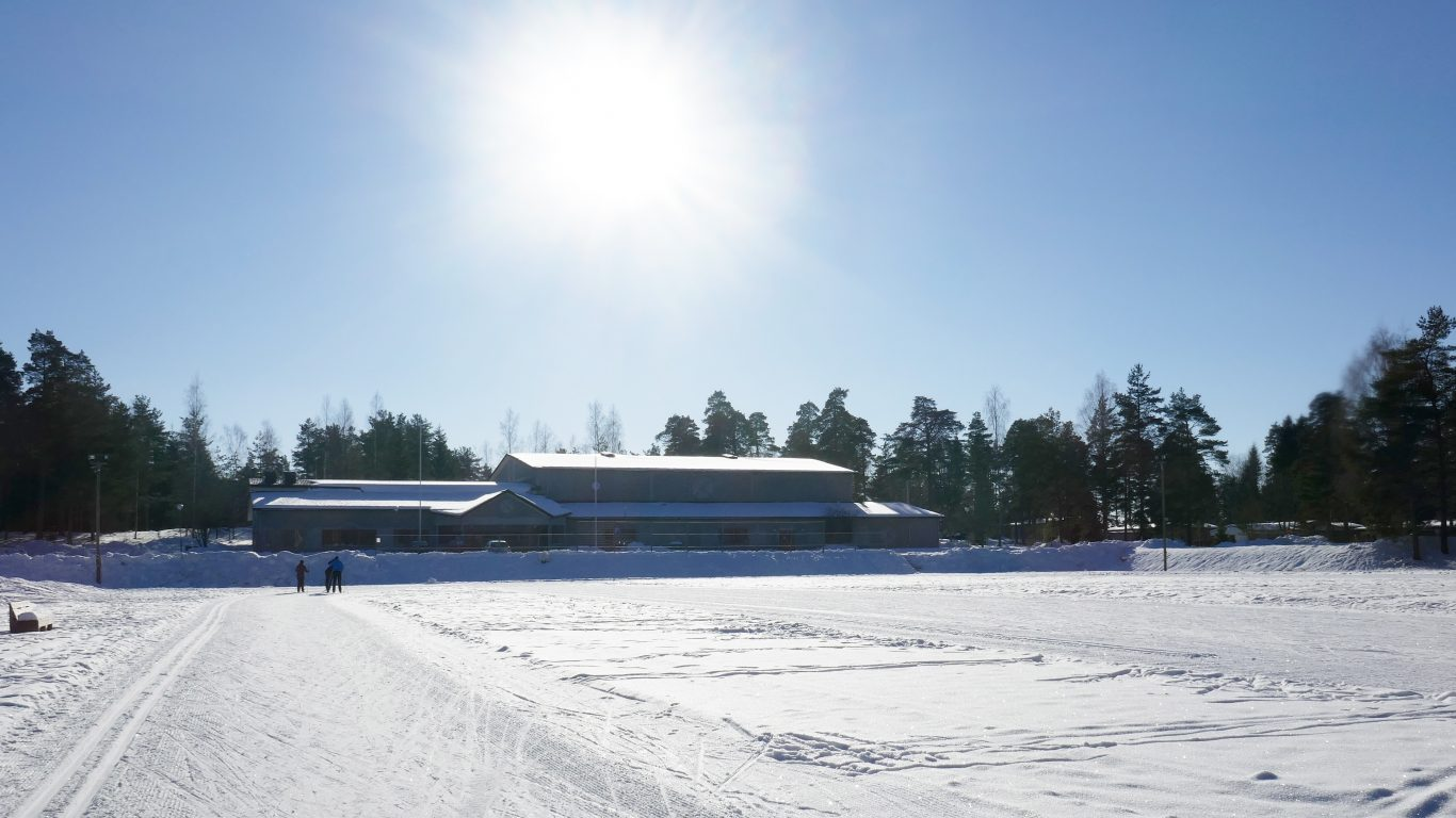 Melassuo ja Perniön liikuntahallin talvikuva