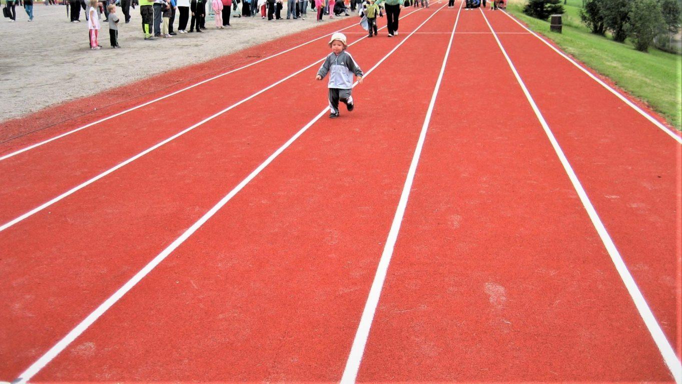 Halikon kirkonkylän kentällä lapsi juoksuradalla