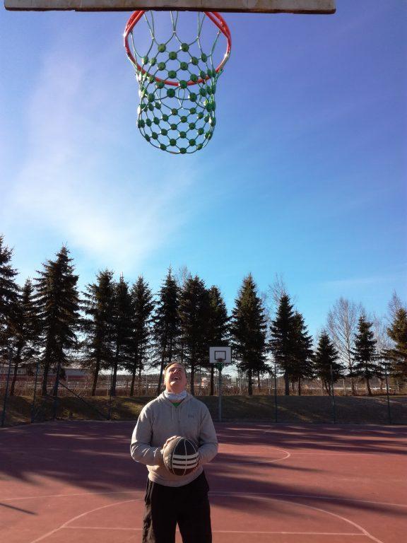 Urheilupuiston koripallokentällä korinheitto