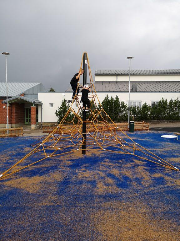 kiipeilyä Tupurin koulun pihan köysipyramidissa