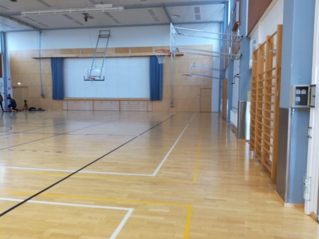 Salon lukion liikuntasalin ja kuvassa näkyy näyttämö