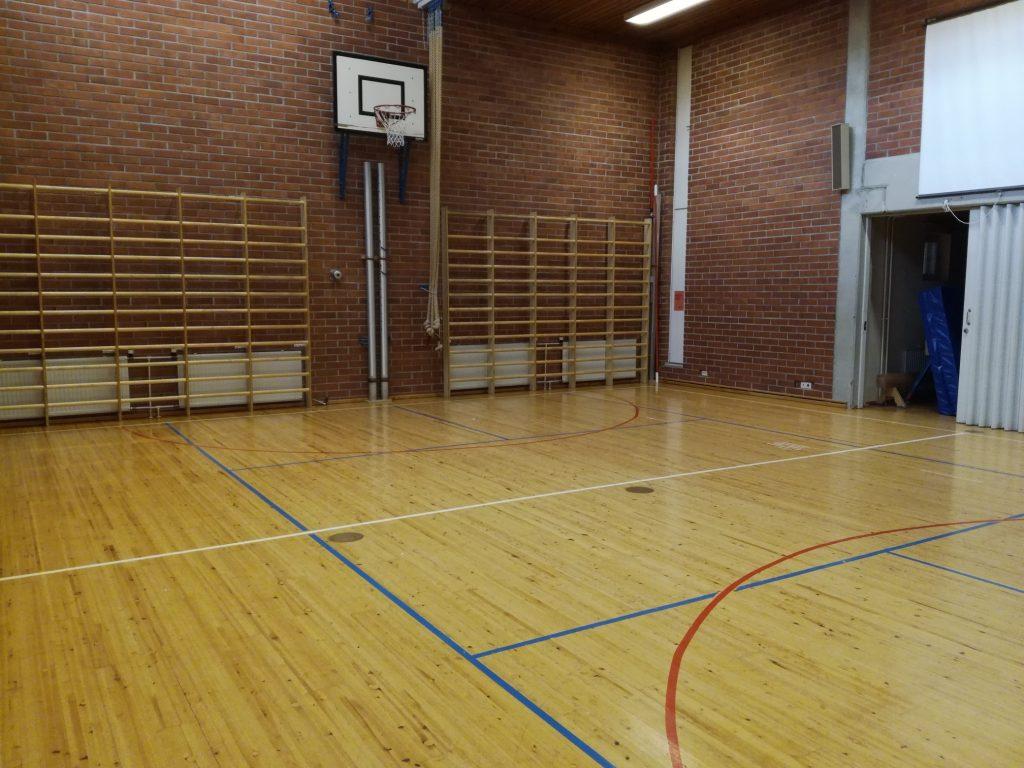 Hähkänän liikuntasalista kuva, kuvassa näkyy koripallokori ja puolapuut