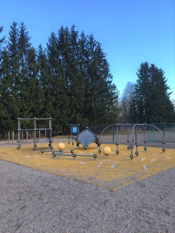 Ollikkalan koulun pihalla parkouria
