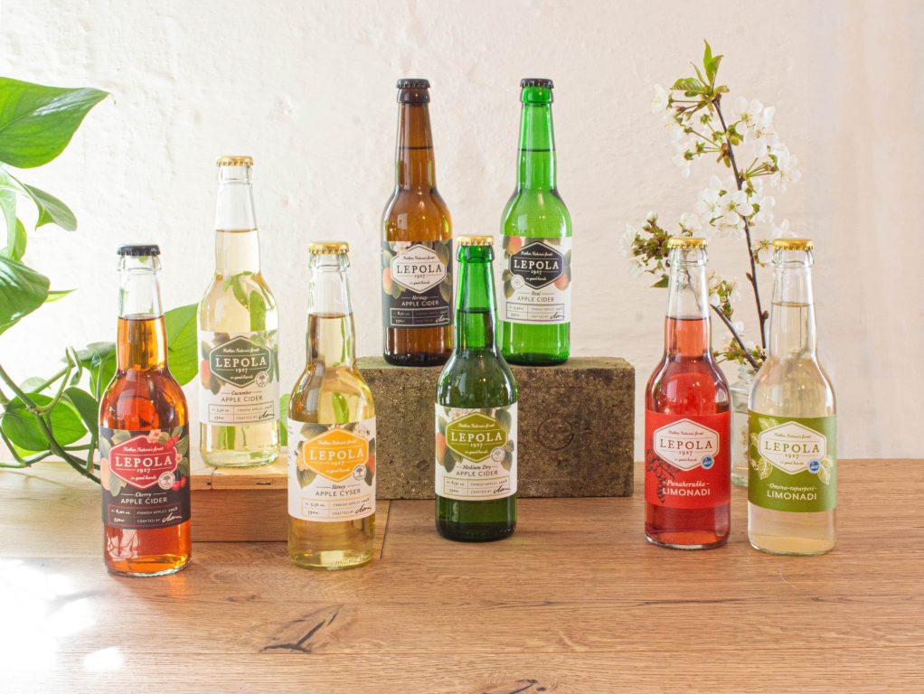 Lepola Drinks, eri makuiset kotimaiset siiderit ja limonadit aseteltu kauniisti