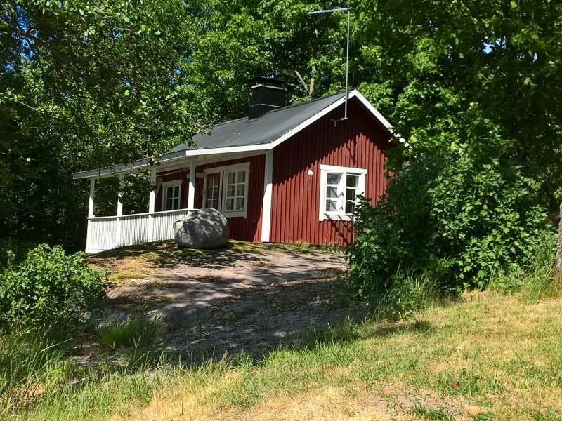 Punavalkoinen Villa Lönnvikenin rantasauna kesäpäivän paahteessa